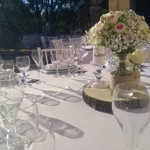 Image d'art de la table avec une table dressé avec fleurs et vaisselle de location sur Lyon et dans le Beaujolais - Loc'dunum