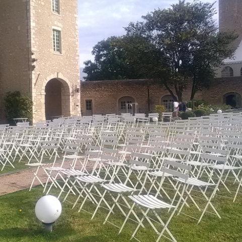 Image de chaises en extérieur pour événement dans le Beaujolais Loc'dunum