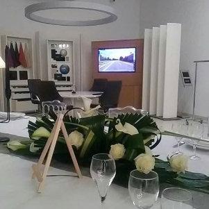 Décoration florale avec nappage et centre de table fleuri pour repas professionnel