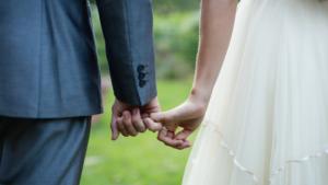 Image Couple marié se tenant par la main dans jardin