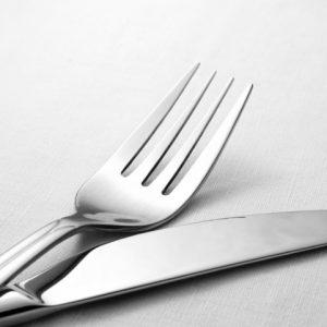 Photo de Couverts couteaux et fourchettes argentés
