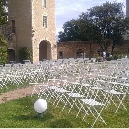 Photo de chaises de location en extérieur dans le Beaujolais Loc'dunum