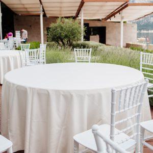 Photo de tables avec nappe en coton blanc sur Lyon Loc'dunum